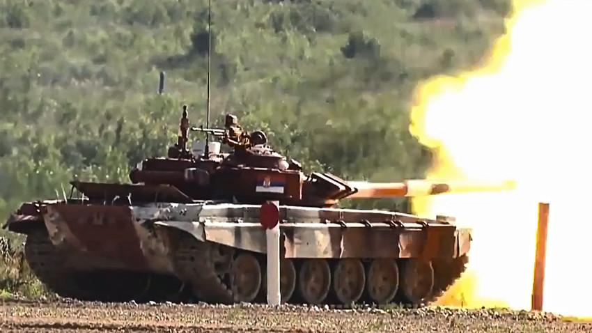 Српски тенк Т-72Б3 на ватреној линији приликом гађања циљева који су имитирали непријатељски тенк на даљини од 1800 метара