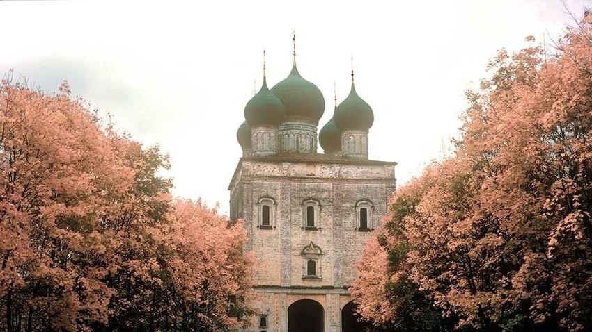 Borisoglebski samostan (samostan sv. Borisa in Gleba), natančneje severni pogled na Cerkev sv. Sergija pri južnih samostanskih vratih.