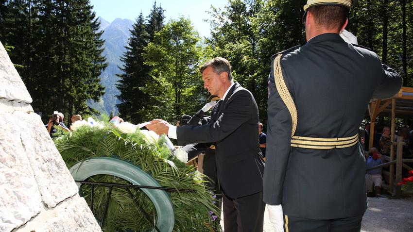 Predsednik Borut Pahor, častni pokrovitelj letošnje slovesnosti, polaga venec v spomin padlim ruskim ujetnikom.