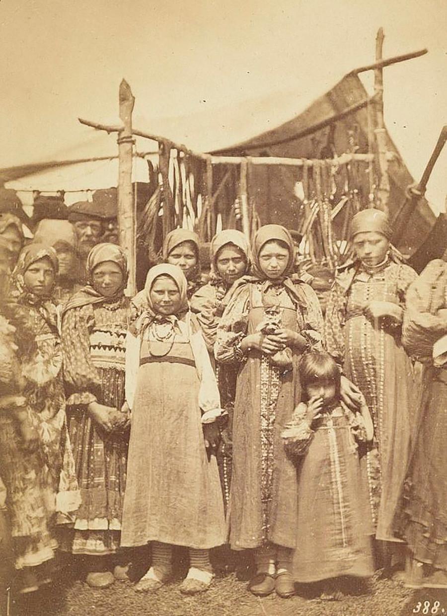 Sekelompok gadis mengenakan pakaian petani tradisional.