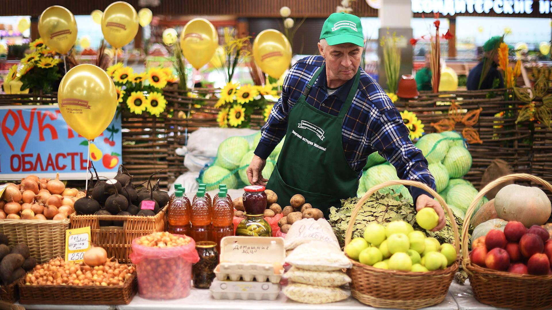 Produk di kios pasar Velozavodsky di Moskow, yang baru-baru ini dibuka kembali setelah renovasi.