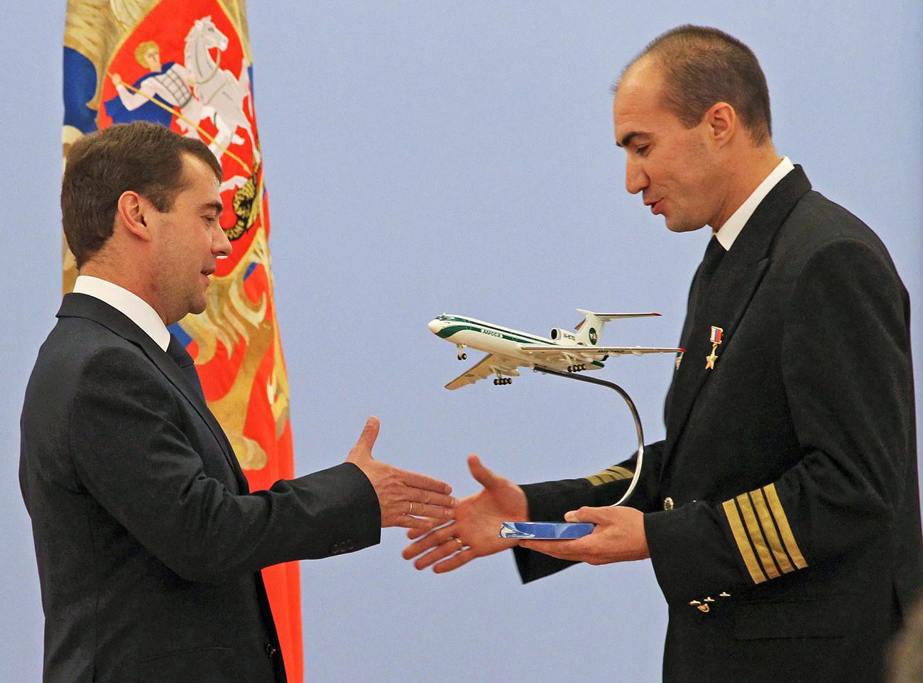 Predsjednik Rusije Dmitrij Medvedev čestita kapetanu zrakoplova Tu-154 Jevgeniju Novosjolovu, koji je nagrađen zvanjem Heroja Rusije.