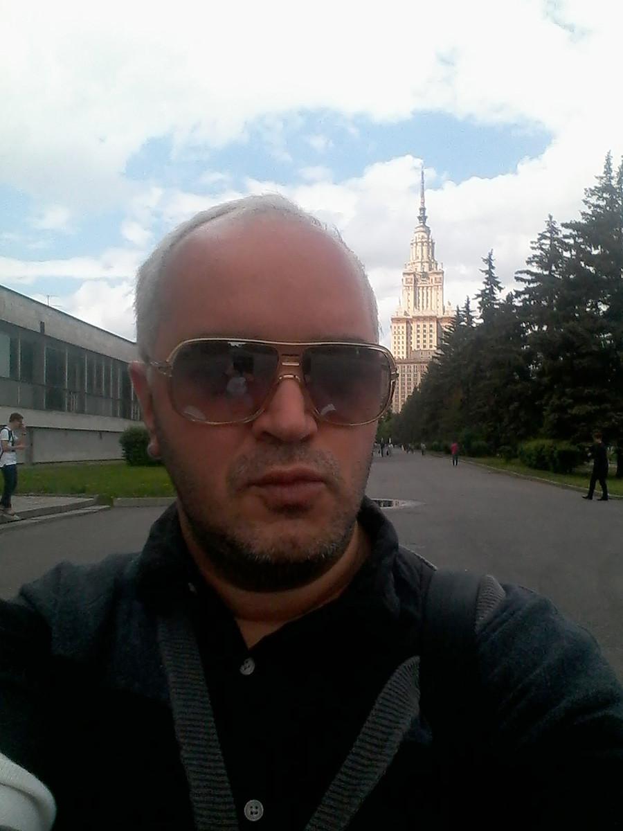 Diante do prédio da MGU, em Moscou, em 2016.