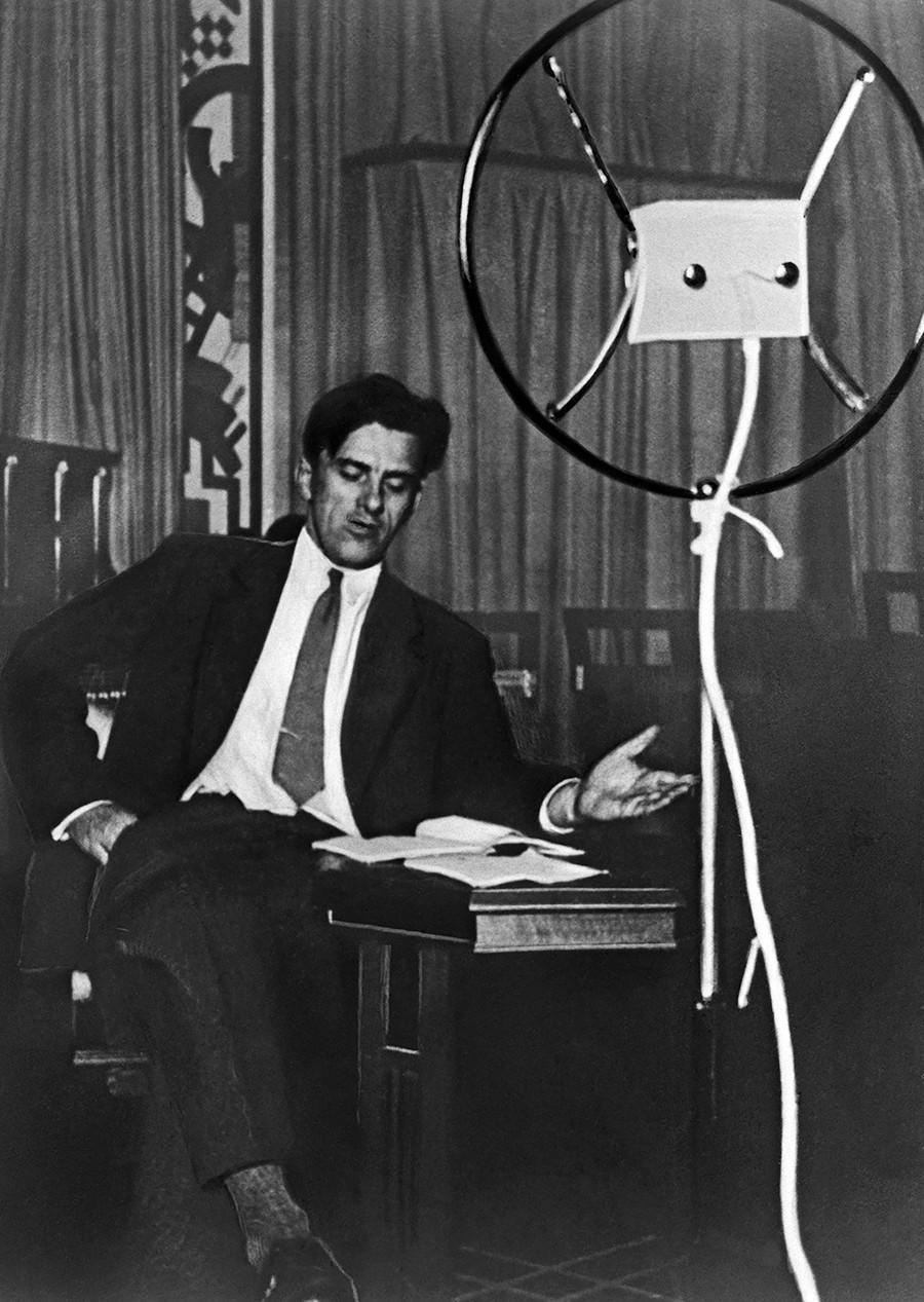 """Maiakovski (1893-1930) recitando seu poema """"Bania"""" para uma transmissão de rádio em 1929."""