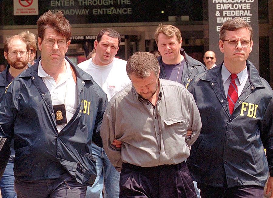 Вјачеслав Иванков, во средина, во придружба на агенти на FBI. Се претпоставува дека бил шефот на руската мафија во Бруклин, 8 јуни 1995.