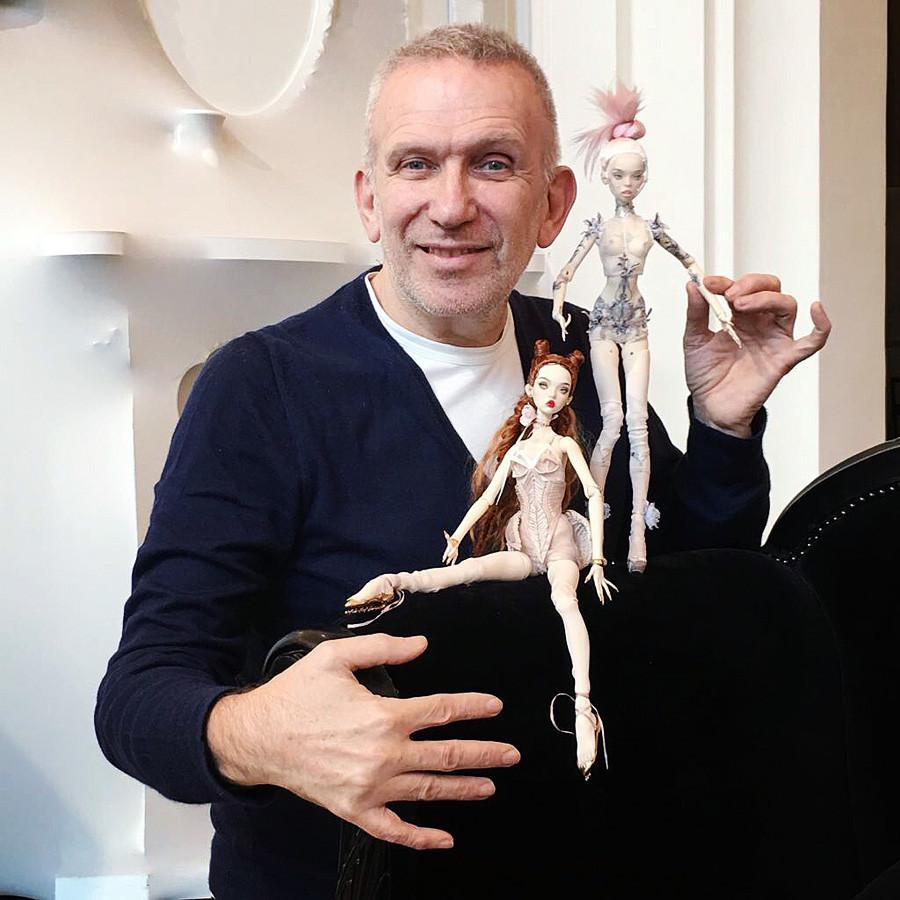 Jean Paul Gaultier con las dos muñecas de las hermanas Popovi.