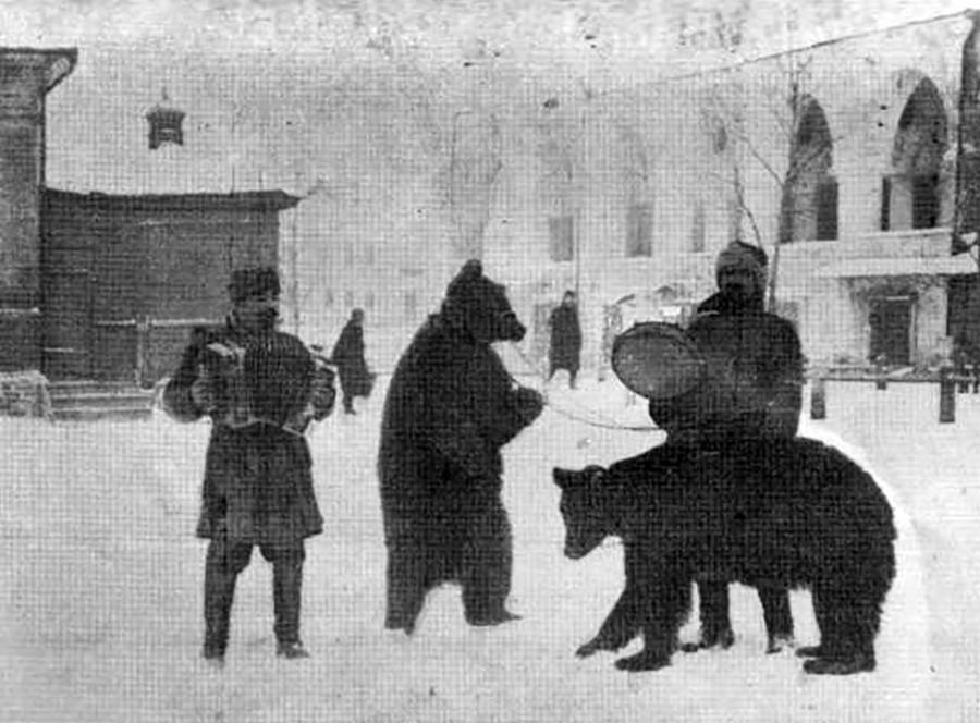 Nastopača z medvedoma v Kalugi, 1928