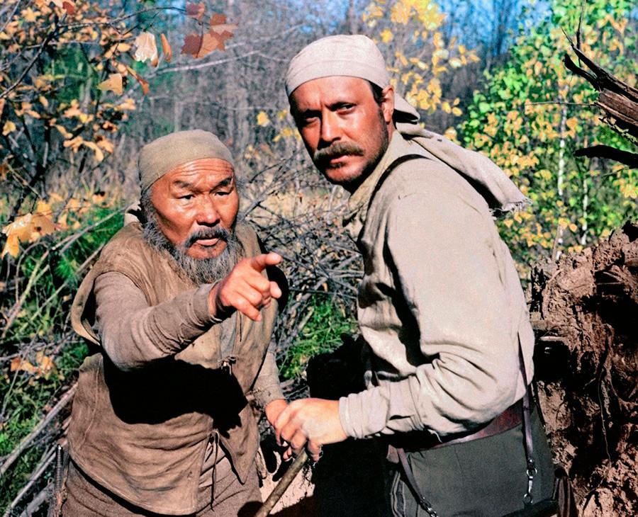 Dersu Uzala y Vladímir Arséniev en la película de Akira Kurosawa.