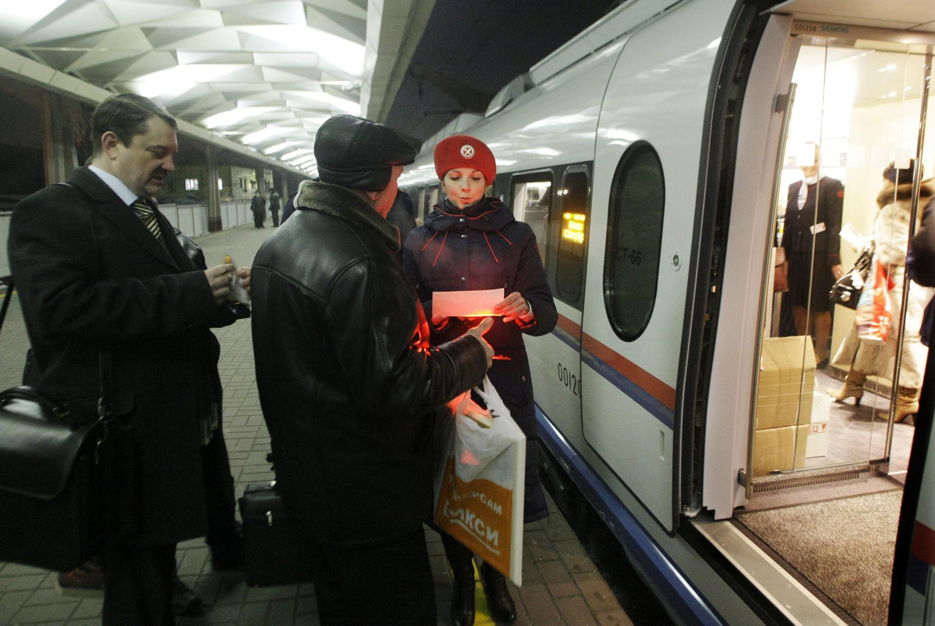 Seorang petugas kereta memeriksa tiket para penumpang kereta berkecepatan tinggi SAPSAN di Moskow.