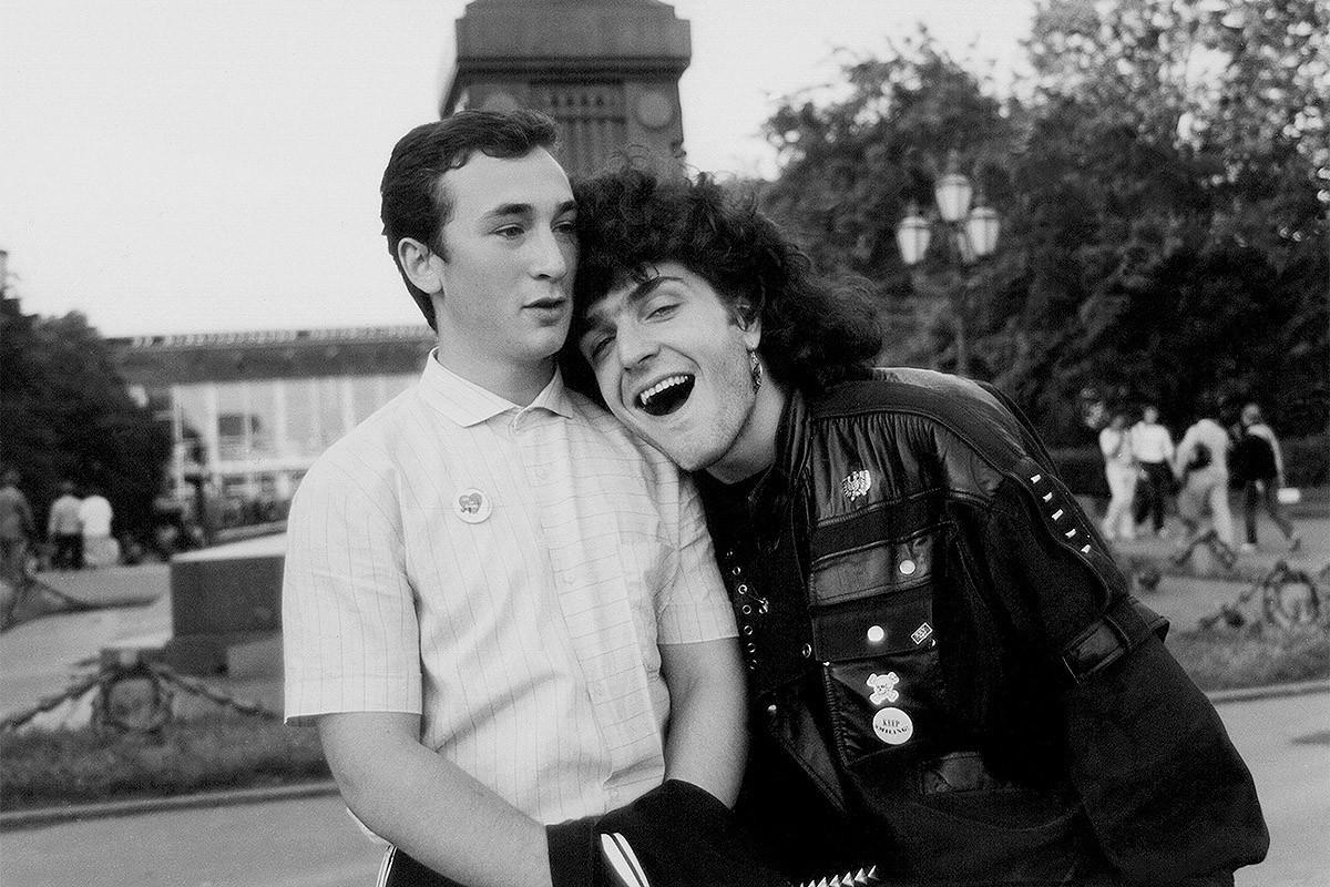 """Десно Саша Хирирг у младим годинама (""""Ноћни вукови""""), а лево непознати """"љубер"""", члан омладинског покрета који се појавио у Љуберцима, поред Москве. Љубери су водили здрав начин живота, пумпали мишиће и борили се против рокера, панкера, хипика, бајкера..."""