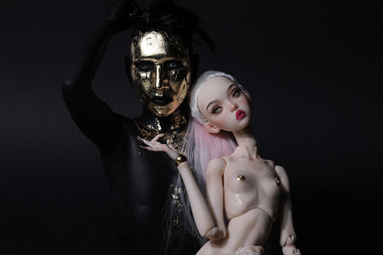 Marilyn Manson com detalhes em ouro.