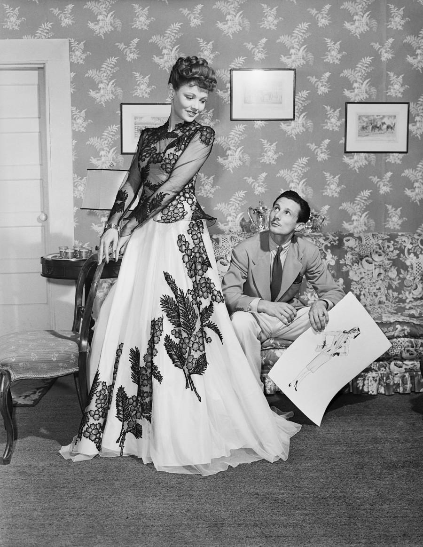 Gene Tierney revêtue d'une robe conçue par son mari, Oleg Cassini