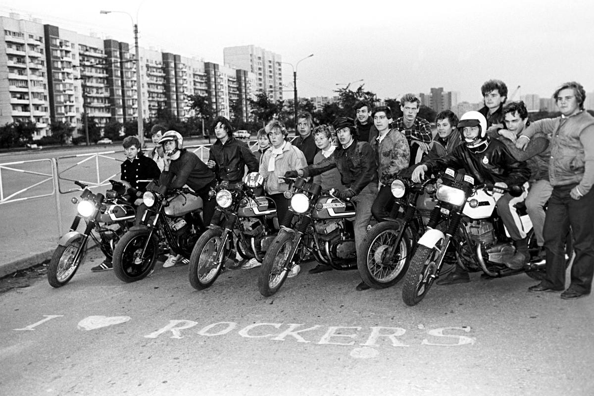 レニングラード、ソビエト連邦。バイカーの集まり。