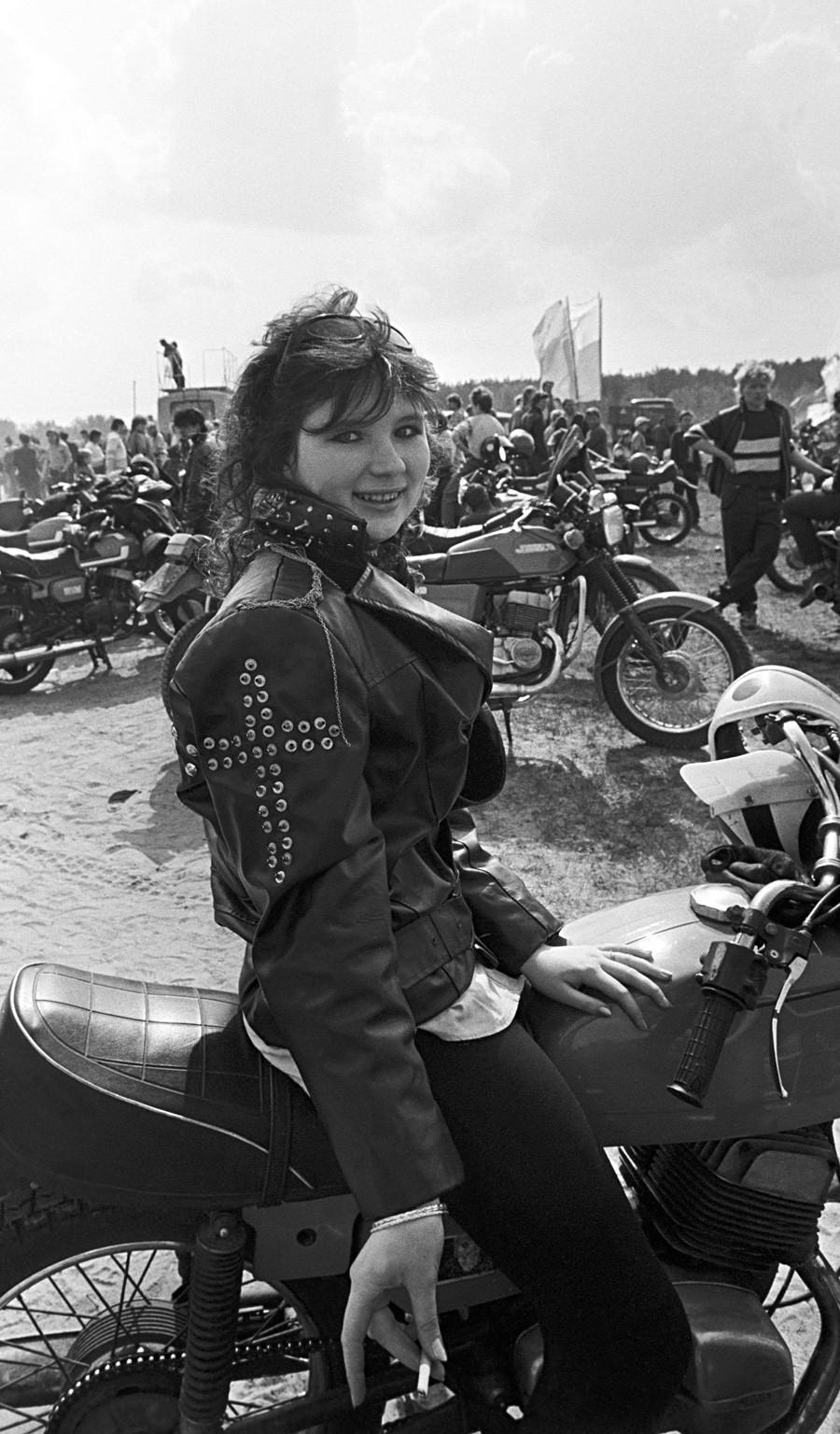 バイクに乗っている女性バイカー。