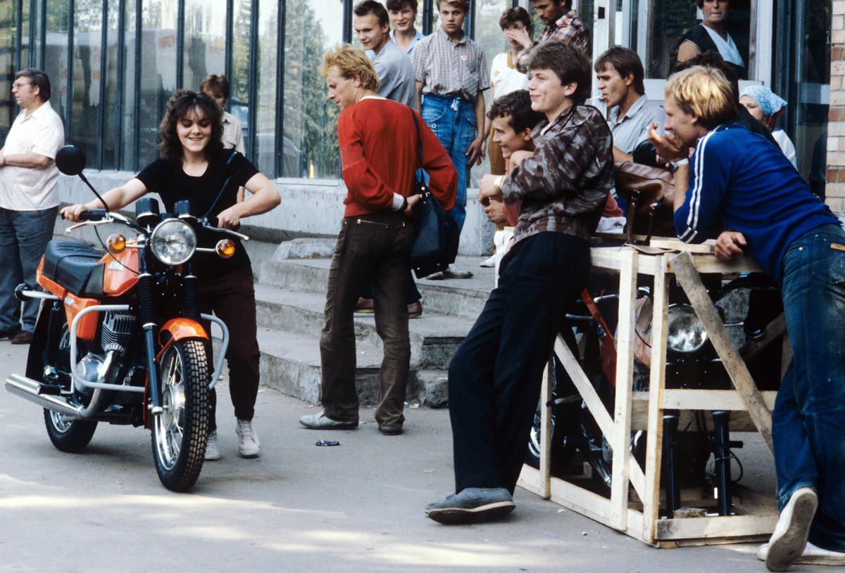 Московски рокери пред магазин на Jawa
