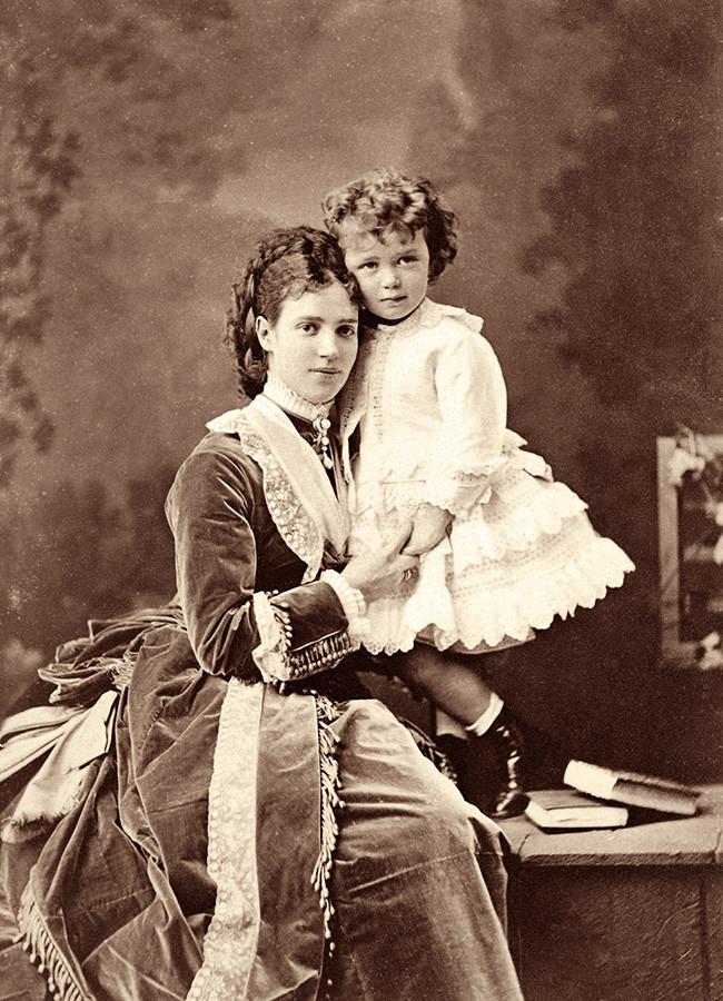 Nikolai II. als Kind mit seiner Mutter Maria Fjodorowna im Jahr 1870