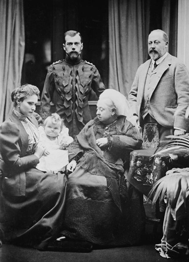 Alexandra Fjodorowna, Nikolai II., ihre jüngste Tochter Olga, Königin Victoria und der Prinz von Wales (später Eduard VII.)