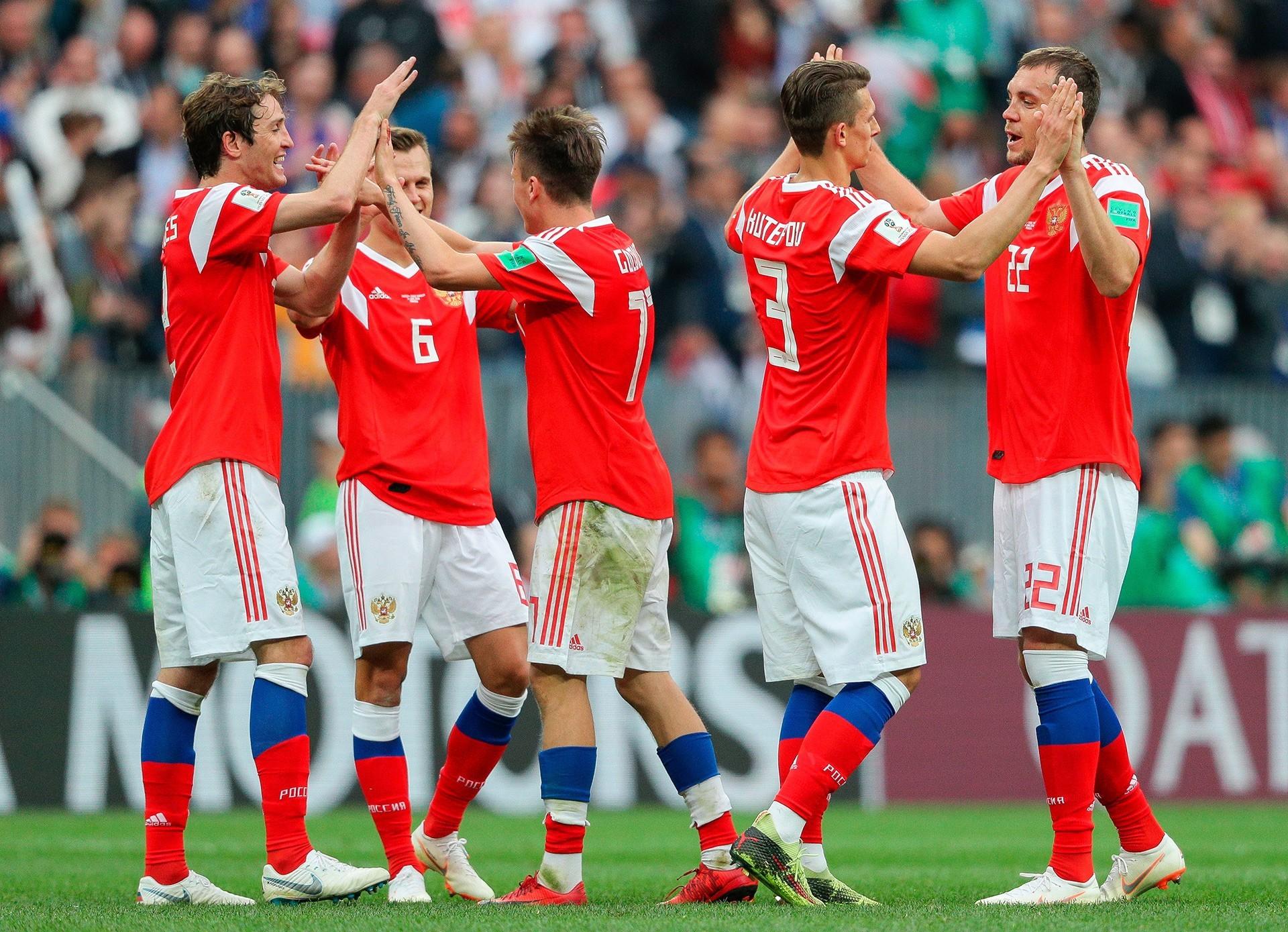 Veselje ruskih nogometašev po zmagi nad Savdsko Arabijo.