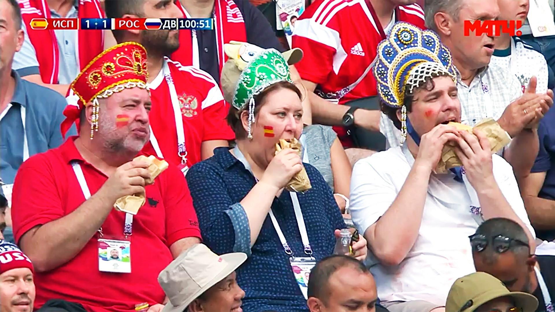 Ruski navijači s kokošniki, (nekakšnimi) ruskimi narodnimi pokrivali.