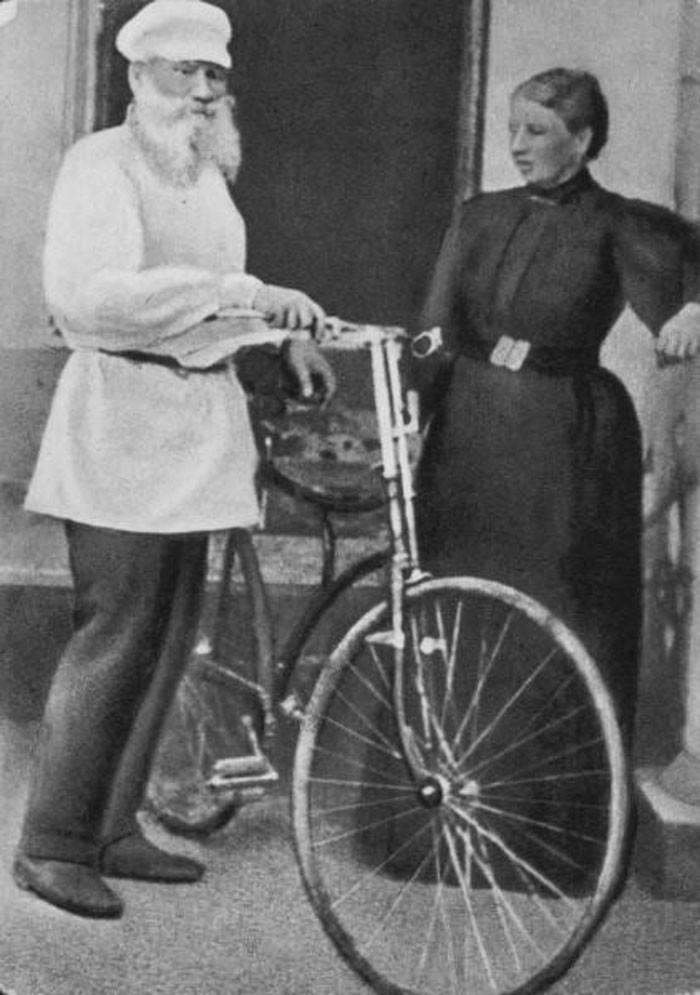 1896. Lev Tolstói y su esposa Sofía antes de dar un paseo en bicicleta.