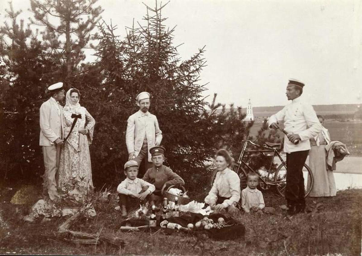 1910. Pícnic al aire libre.