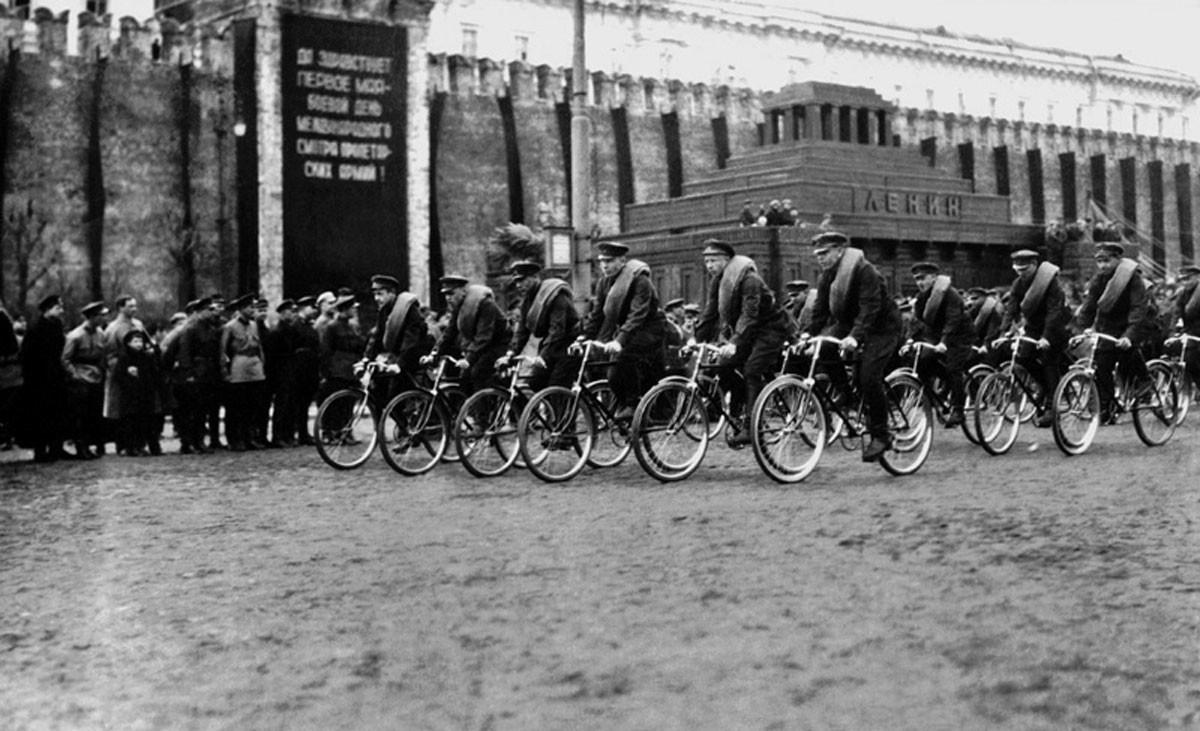 1920. Desfile del 1º de Mayo en la Plaza Roja de Moscú.