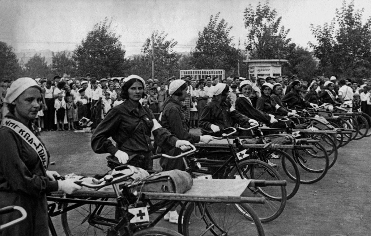 1936. Enfermeras participan en un paseo en bicicleta de Moscú a Gorki (ahora Nizhni Nóvgorod).