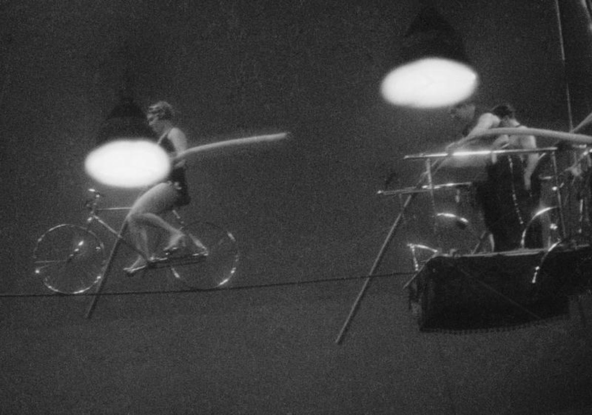 1940. La equilibrista Zinaída Tarásova recorre un cable bajo los arcos del circo principal de Moscú.