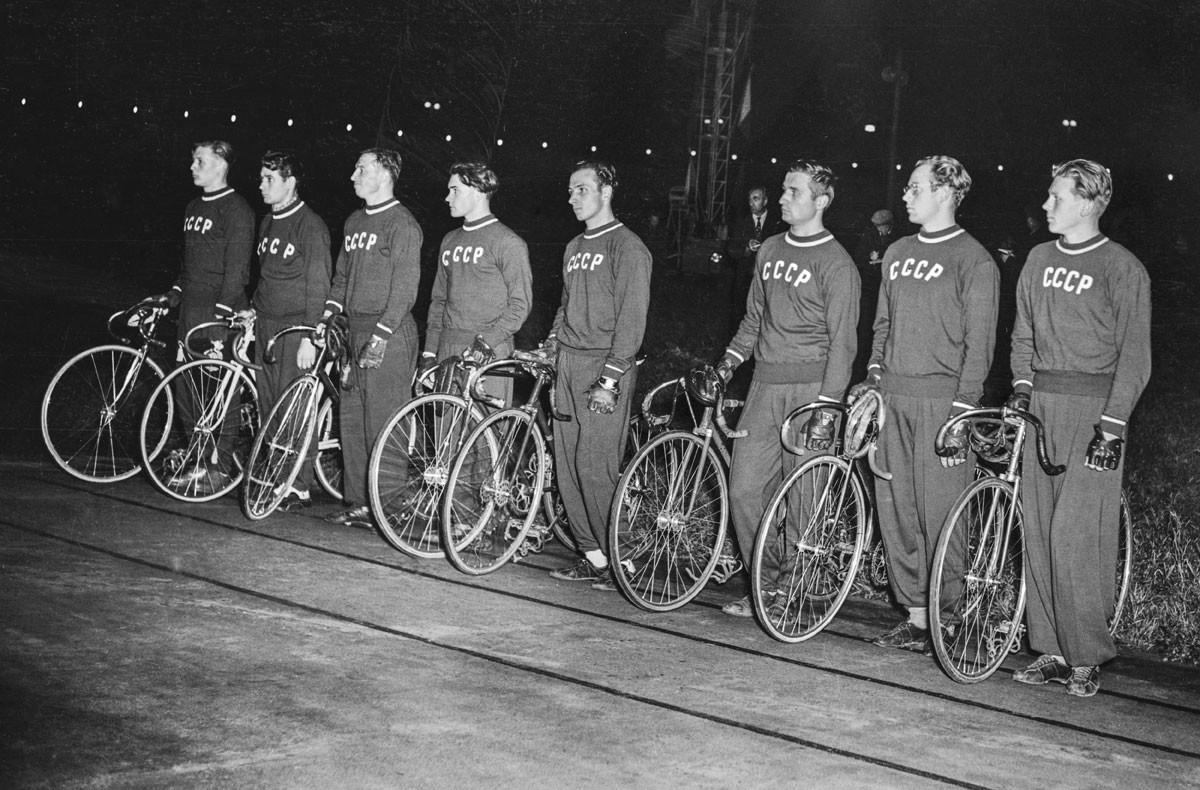 1954. El equipo ciclista soviético.