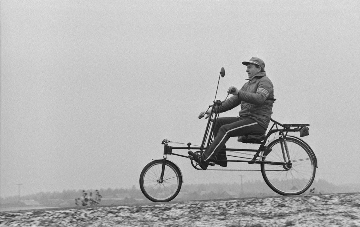 1983. El ingeniero Nikolái Sokolovski prueba su original versión de la bicicleta.