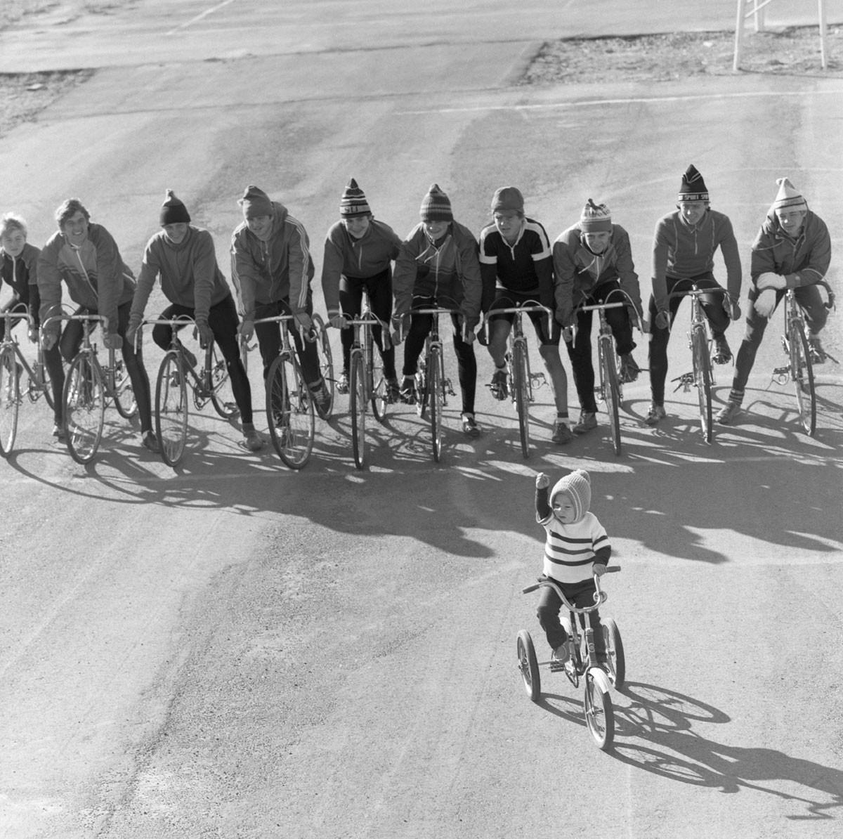 1986. Estudiantes en la ciudad de Jambil (ahora Taraz, Kazajistán) en la línea de salida antes de una competición ciclista.