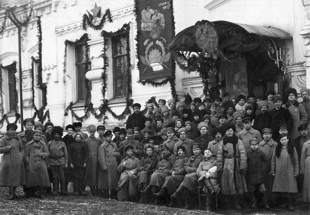 Rotarmisten und Stadtbewohner auf der Veranda des Ipatjew-Hauses, 1927
