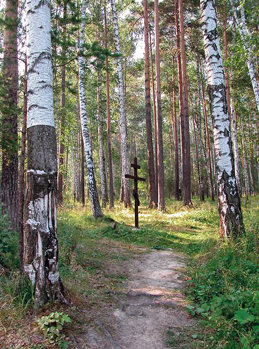 Die Porosenkow-Schlucht: ein Gedenkkreuz an der Stelle, wo die Überreste des Zarewitsch Alexei und seiner Schwester Maria gefunden wurden.