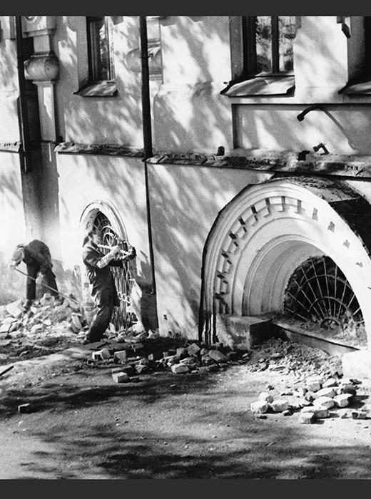 Die Zerstörung des Ipatjew-Hauses am 16. September 1977. Witalij Schytow war der einzige Journalist, dem es gelungen ist, mit einer versteckten Kamera eine Aufnahme zu machen.