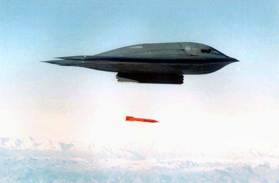 O bombardeiro dos EUA B-2 Spirit lança bomba B61-11