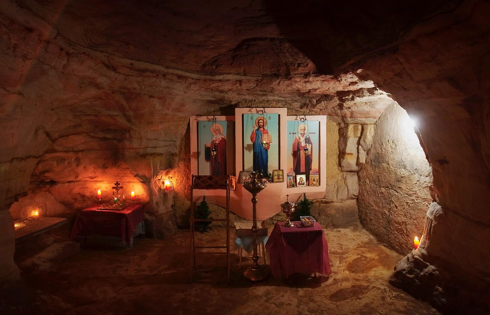 V tole podzemno kapelico se lahko stlači 60 ljudi.