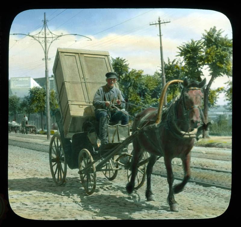 Escena callejera de un carruaje transportando un armario, 1931. Moscú.