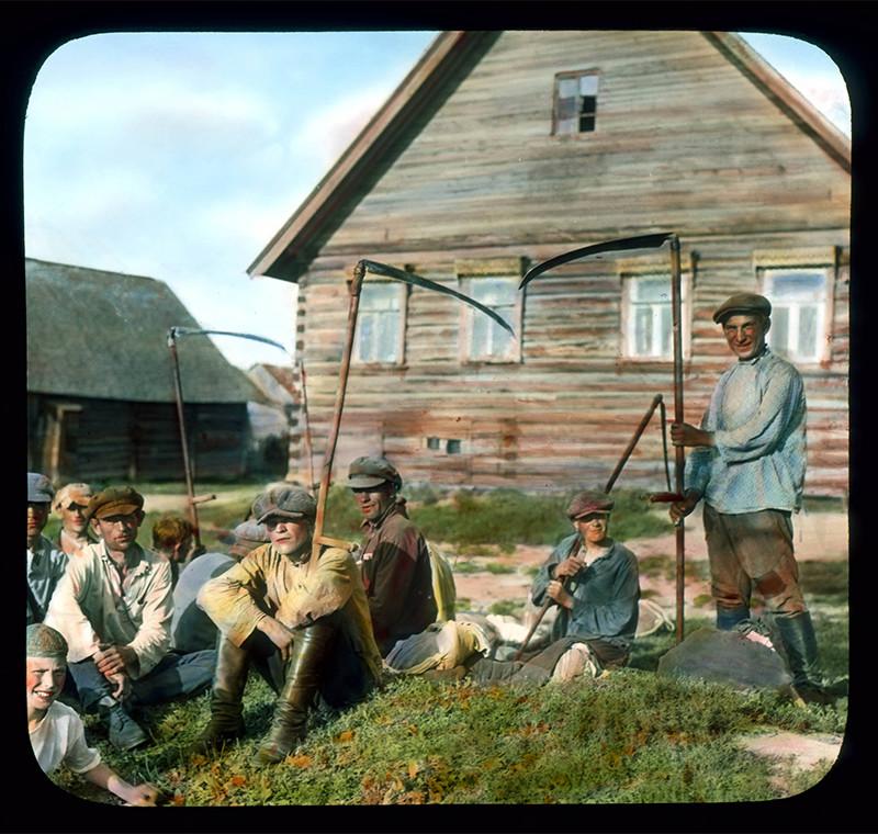 Granjeros delante de una casa, cerca de Leningrado, 1931.