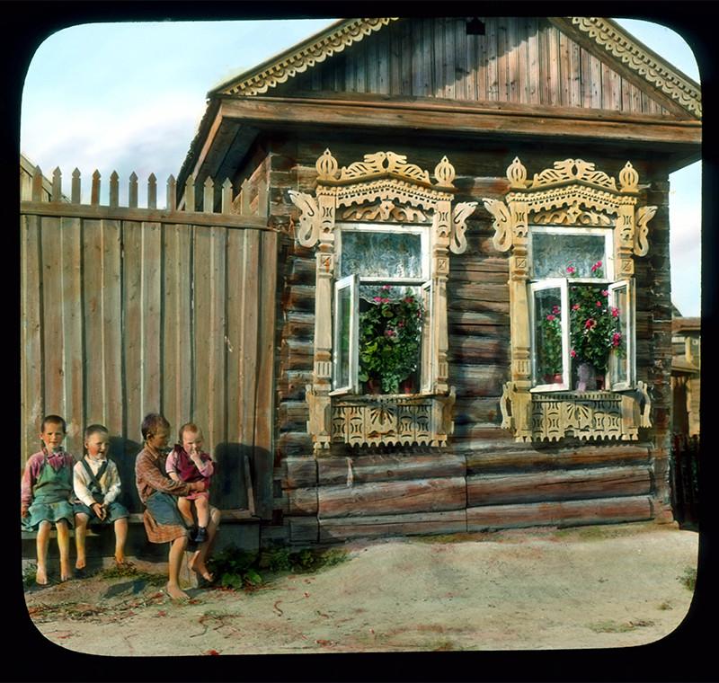 Niños junto a una casa de madera, cerca de Leningrado, 1931.