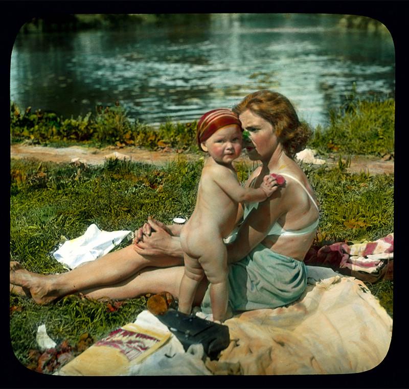 Mujer y niño en la playa, 1931. Isla Yelaguin, San Petersburgo.