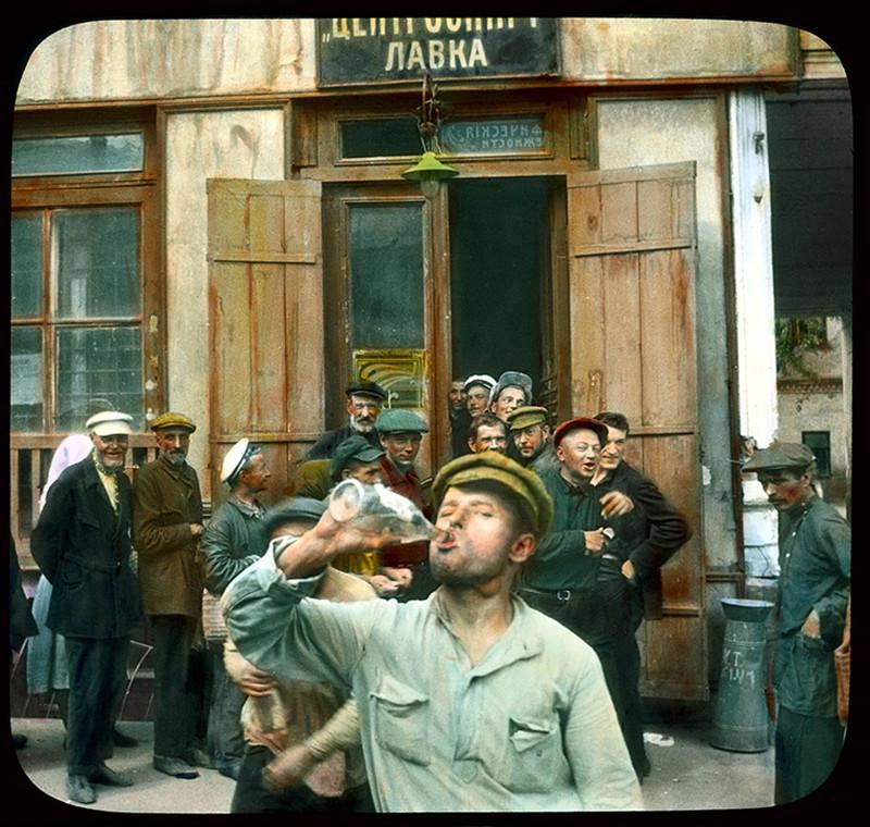 San Petersburgo, Avenida Nevski. Hombres bebiendo a la salida de una tienda, 1931.