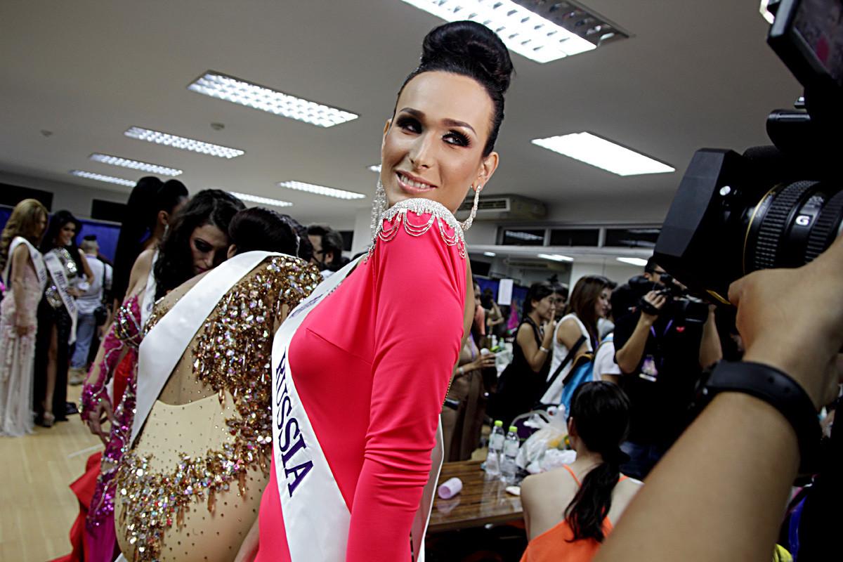 パッタヤ市(タイ)のティファニーズ・ショーで行われた トランスジェンダーのミス・コンテスト「ミス・インターナショナル・クイーン2014 」の最終ショーの準備をしているロシアの候補ヴェロニカ・スウェトロワさん。当時、18ヵ国からの候補がこの一週間にわたるイベントに参加し、コンテストは10年の記念日を迎えた。