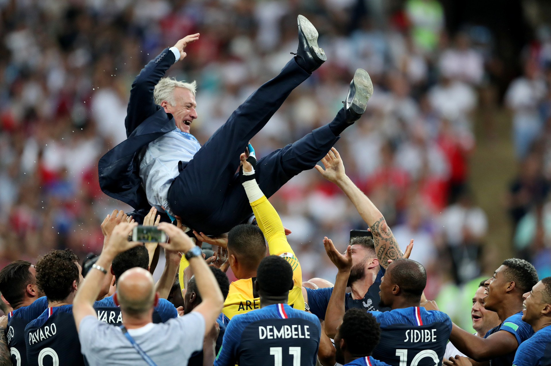 Дидие Дешамп, селектор на фудбалската репрезентација на Франција, на рацете на своите играчи.