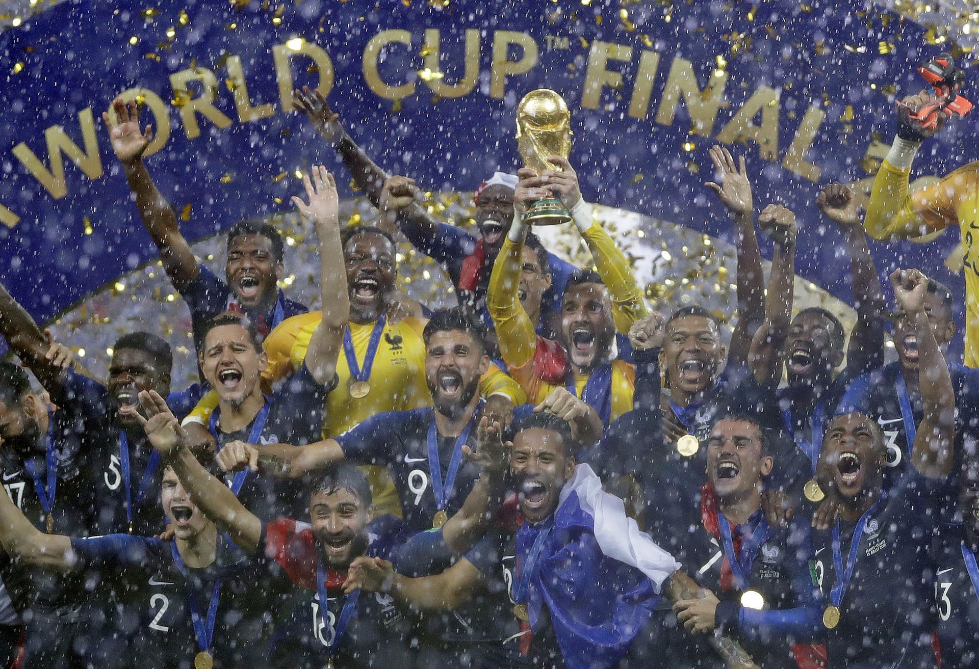 Penjaga gawang Prancis Hugo Lloris mengangkat trofi Piala Dunia di Stadion Luzhniki, Moskow, Rusia, Minggu (15/7).