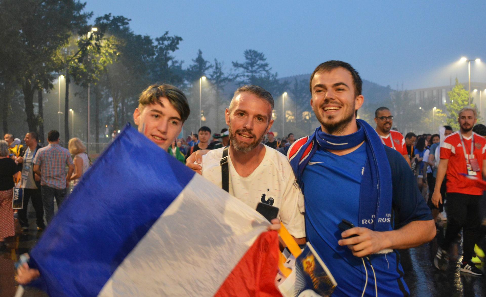 Trois Français, dont Luca, à gauche, présenté par ses amis comme le «plus beau supporter des Bleus»