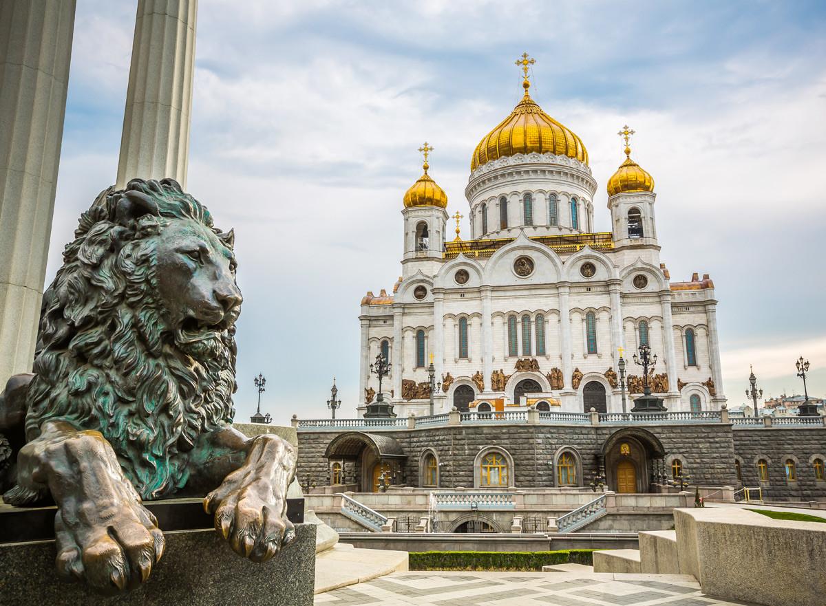 Савремени храм Христа Спаситеља у Москви