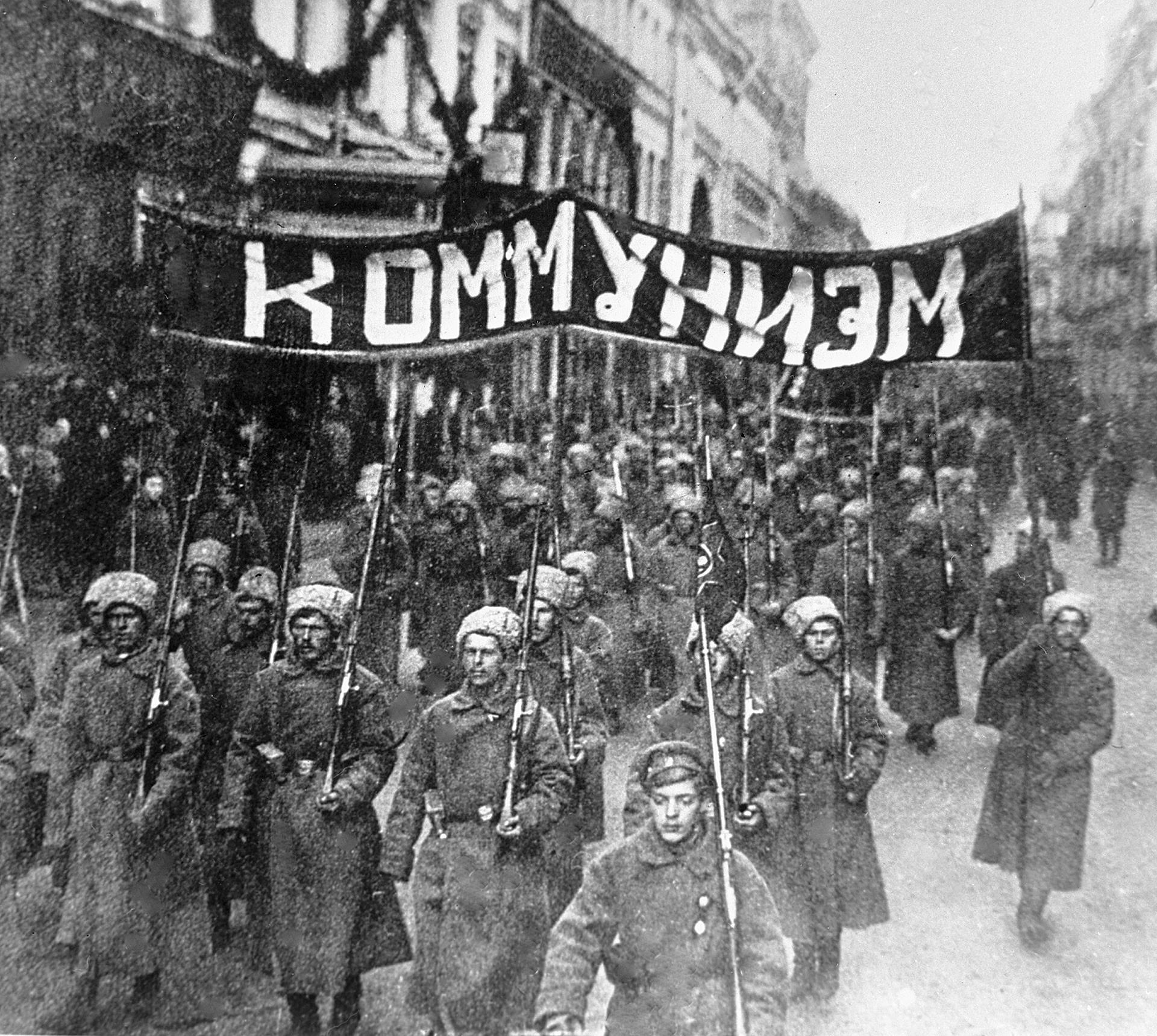 ニコリスカヤ通りに集まったボリシェヴィキ、1917年。