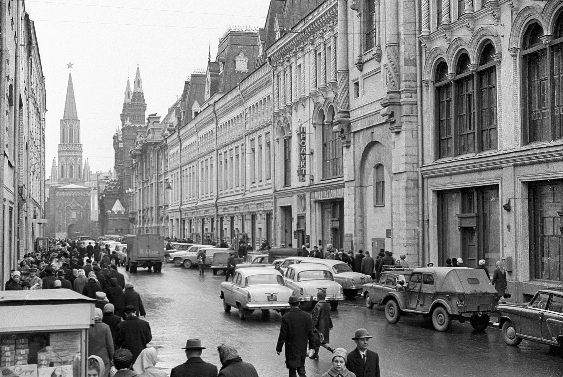 ニコリスカヤ通り、1968年。