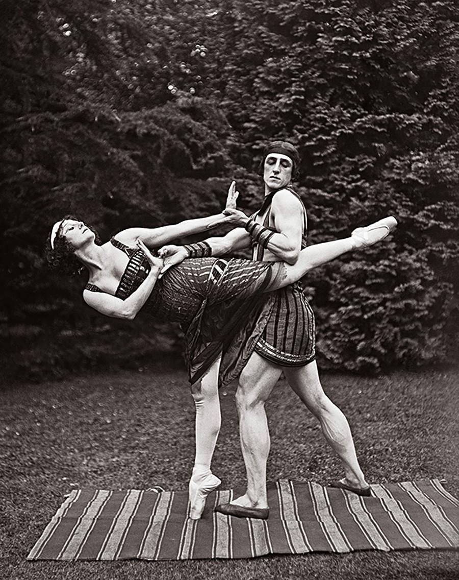 Anna Pavlova e Lavrenty Novikov durante le prove del balletto La figlia del faraone, 1923
