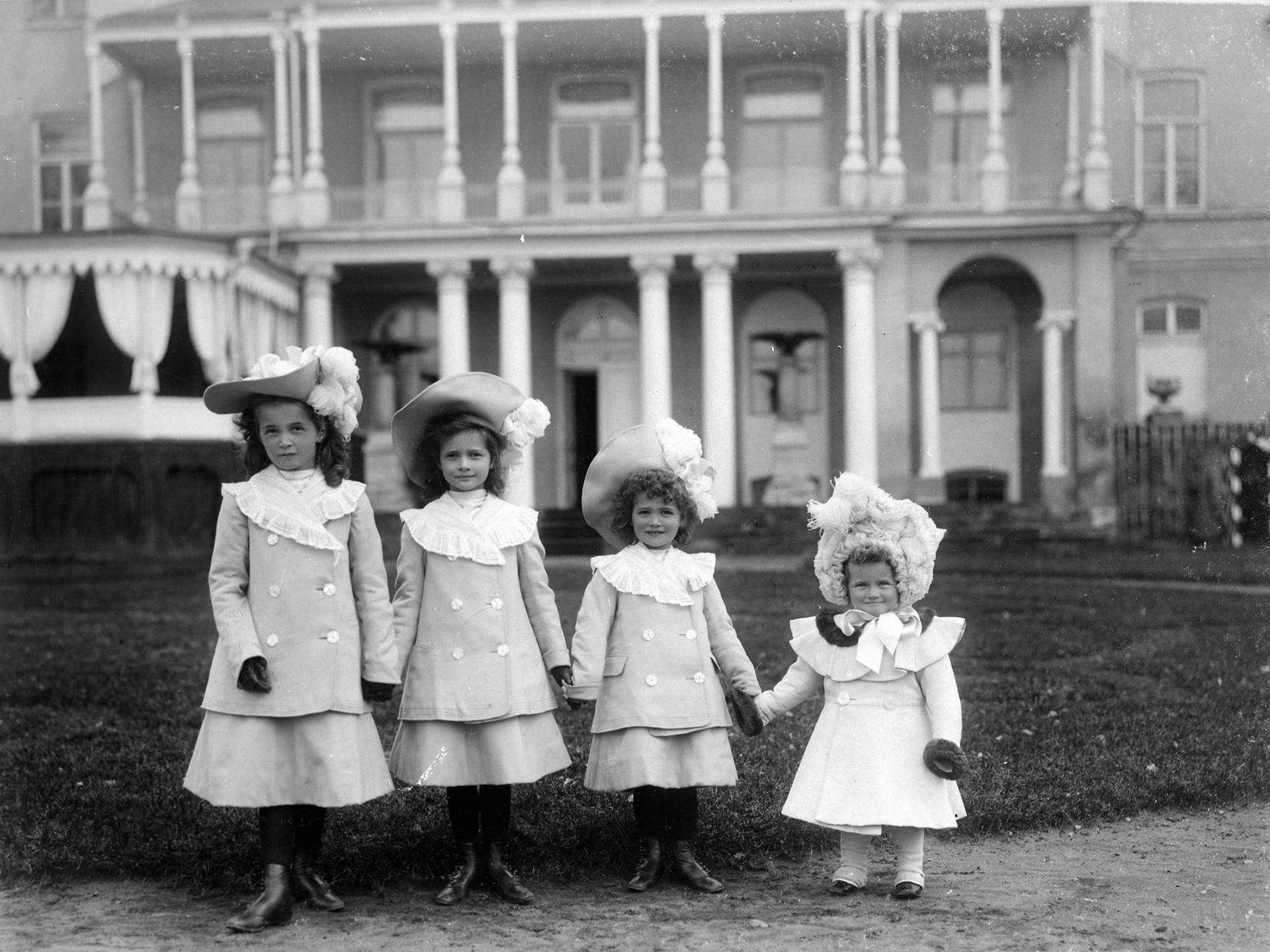 Las grandes duquesas Olga, Tatiana, María y Anastasía. Tsárskoie Selo, 1903.